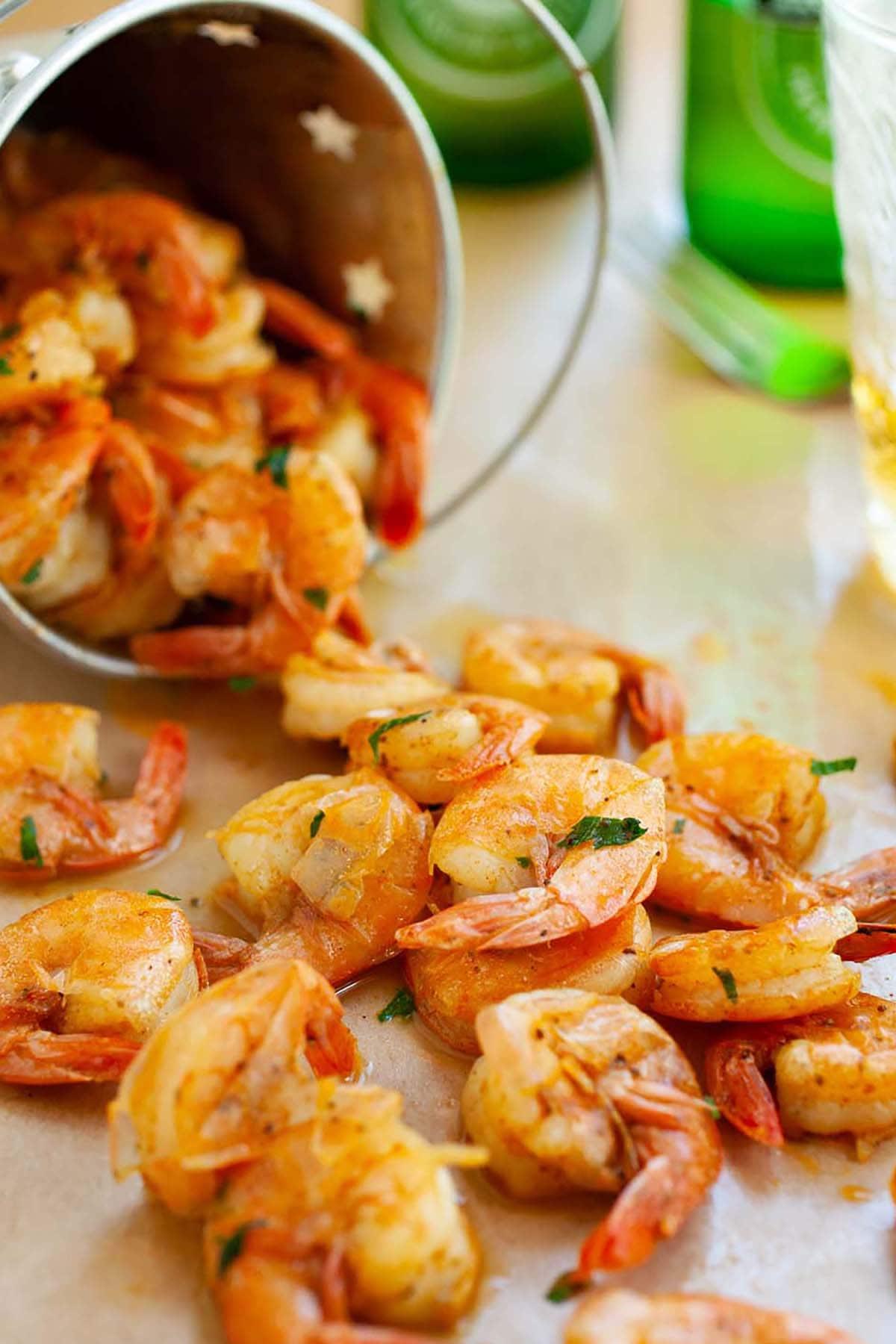Pelez et mangez facilement et rapidement des crevettes sautées au beurre, à la bière et aux épices.