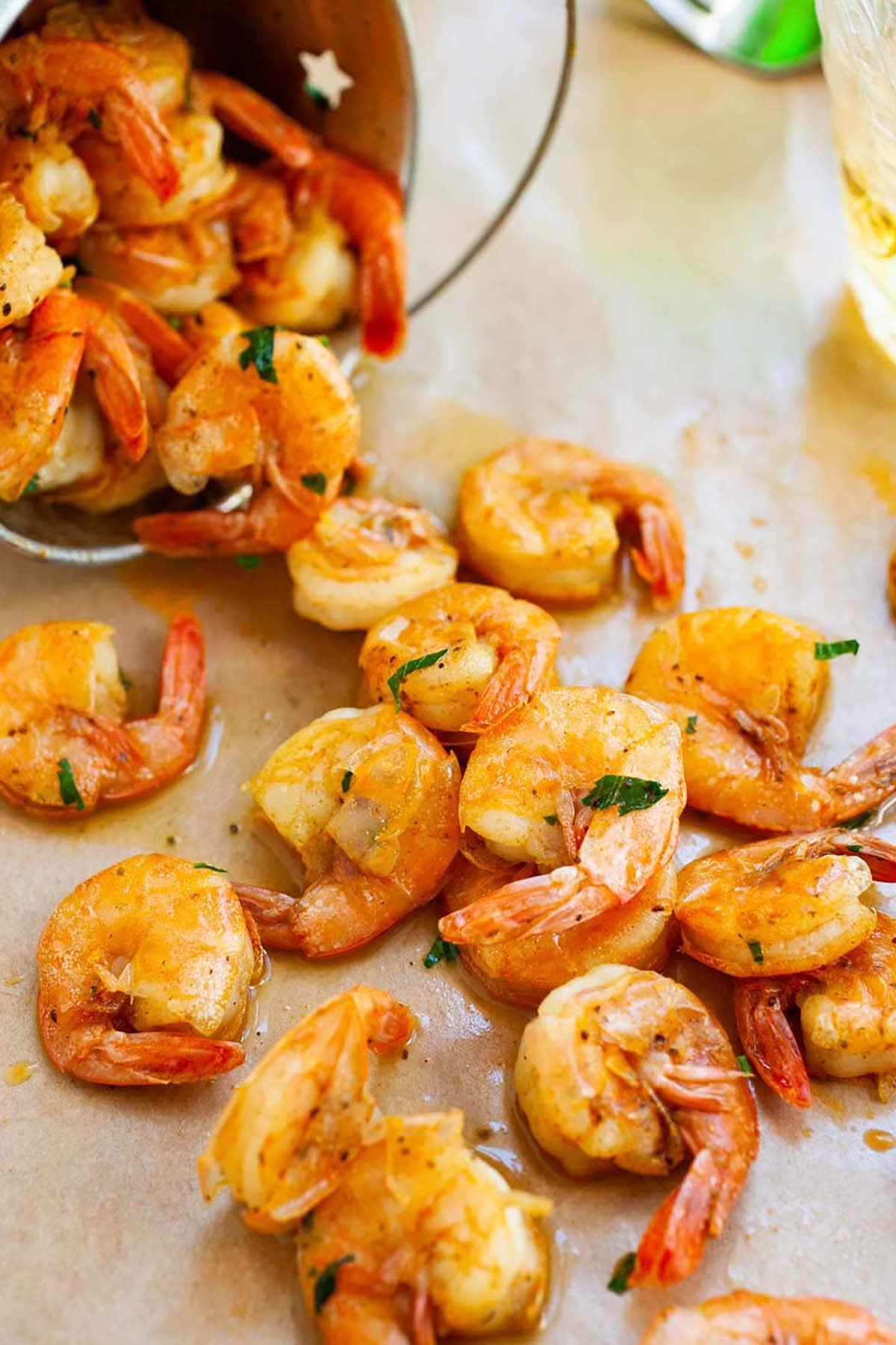 Eplucher les crevettes d'été et manger des apéritifs marinés avec de la bière, du beurre et des épices.