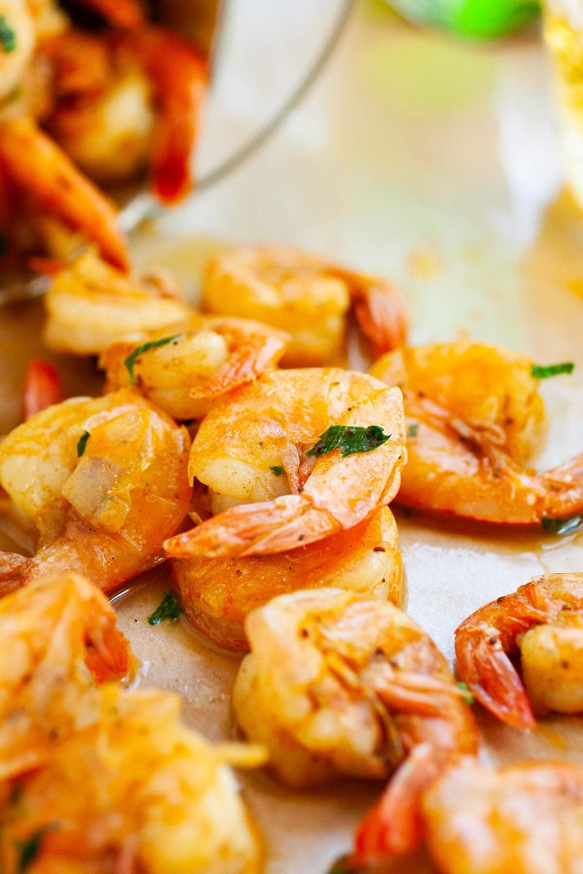Pelez et mangez des crevettes faciles et savoureuses avec une sauce cocktail maison.