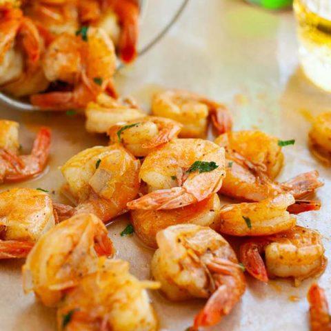 Peler et manger des crevettes
