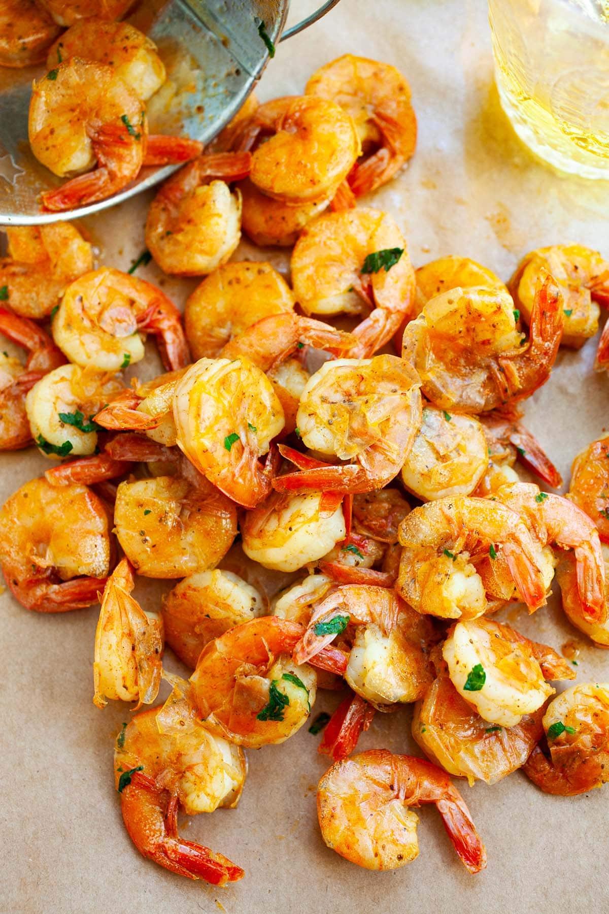 Pelez et mangez des crevettes faciles et délicieuses dans un seau, prêtes à servir.