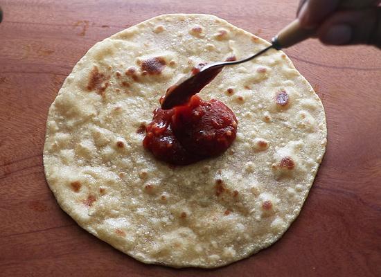 ajouter la sauce à pizza préparée