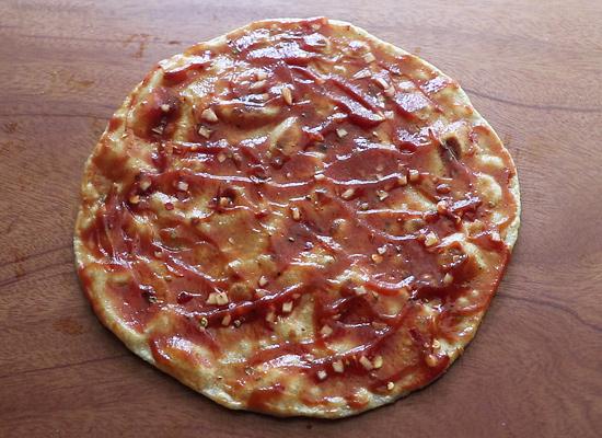étaler la sauce à pizza