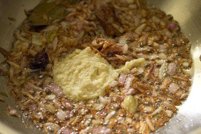 pâte d'ail au gingembre ajoutée aux oignons