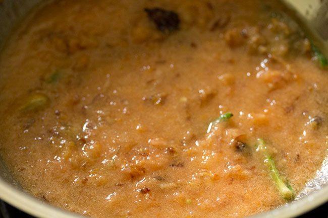 mélanger la purée de tomates avec le mélange