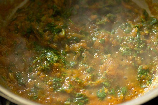 mélanger les feuilles de methi avec le mélange