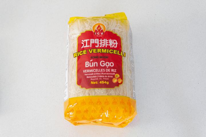 Nouilles de riz dans un paquet.
