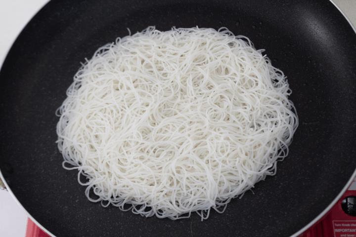 Nouilles de riz dans une casserole.