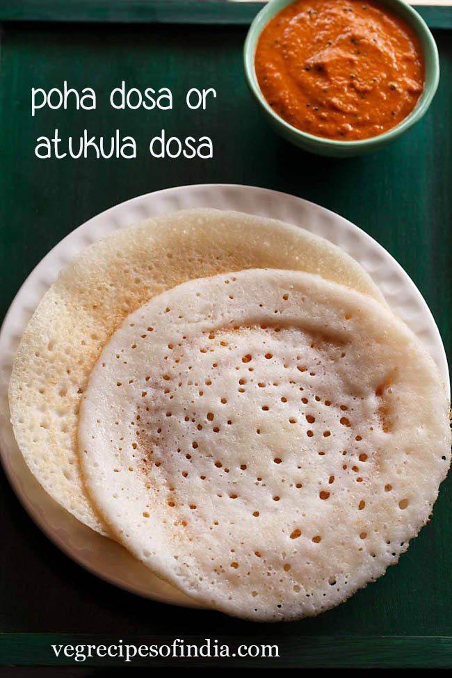 poha dosa servi sur une assiette blanche