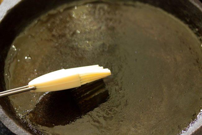 huile de pinceau dans le tawa