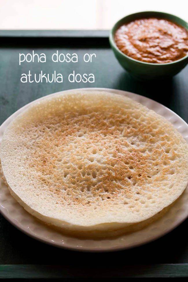 poha dosa servi dans une assiette avec du chutney dans un bol
