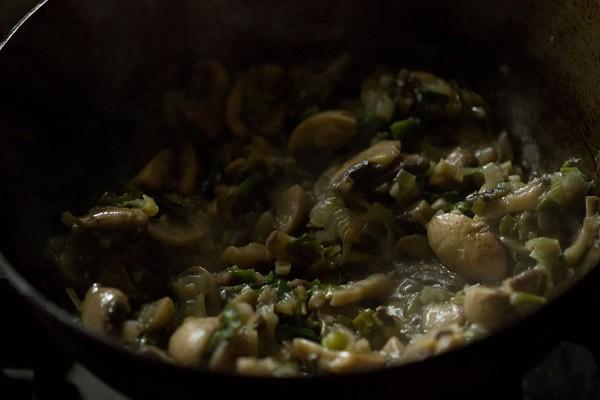 champignons dorés, oignons nouveaux, ail, gingembre et piments verts