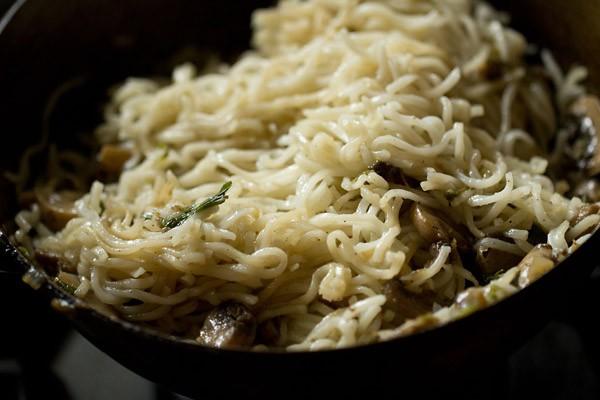ajouter des nouilles à la poêle avec des légumes