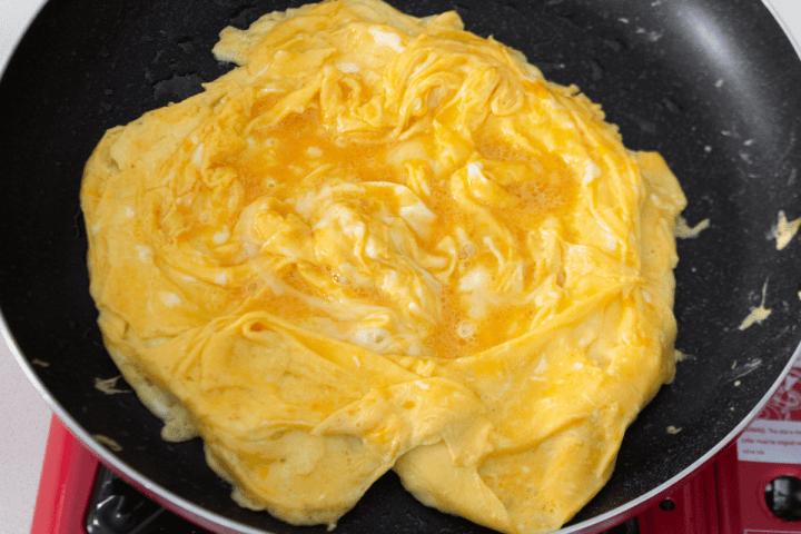 Oeufs cuits dans une casserole.