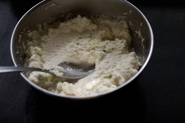 mélanger tous les ingrédients suji dhokla dans un bol