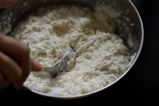 mélanger à nouveau tous les ingrédients avec une cuillère pour faire de la pâte à suji dhokla