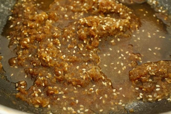 mélange liquide d'ingrédients de remplissage modak cuisson dans une casserole
