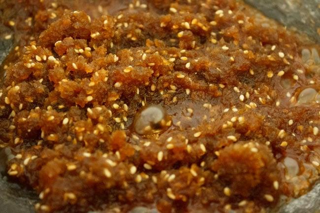 Ingrédients de remplissage sucrés cuisant dans une casserole