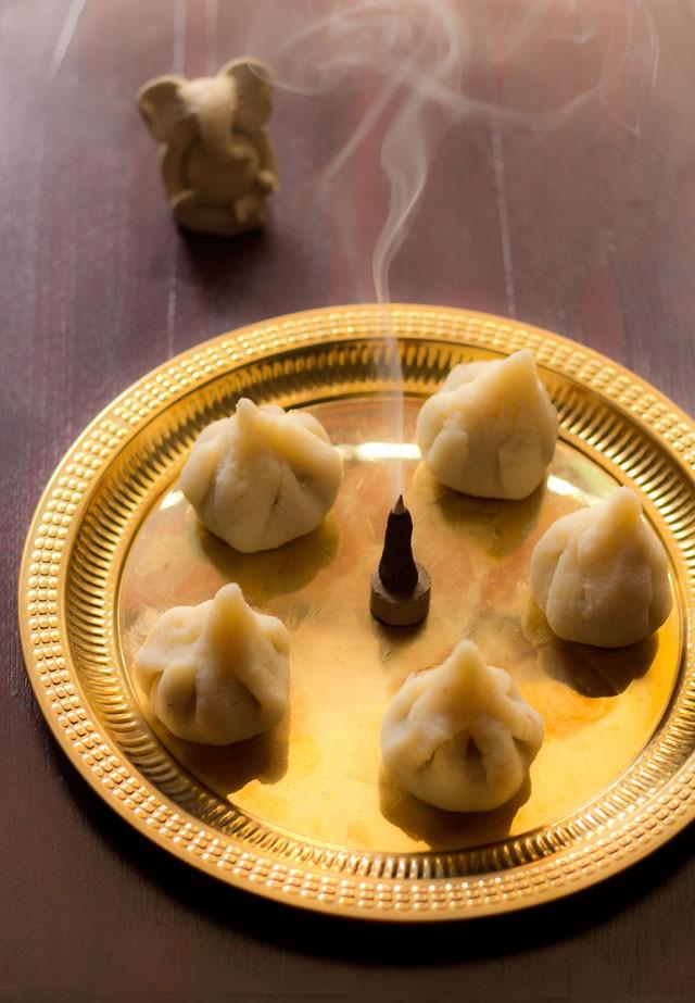 semoule modak ou rava modak servi dans une assiette