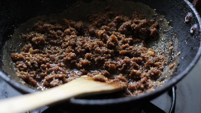 Jaggery et limage de noix de coco cuits dans la poêle