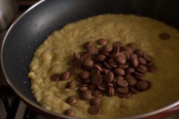 pépites de chocolat ajoutées au mélange mawa