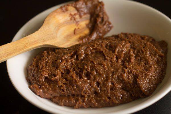 mélange de modak au chocolat cuit transféré dans une assiette