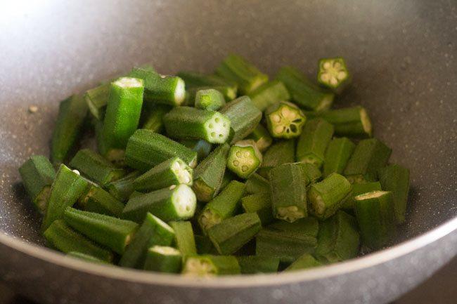 bhindi haché dans une poêle avec de l'huile