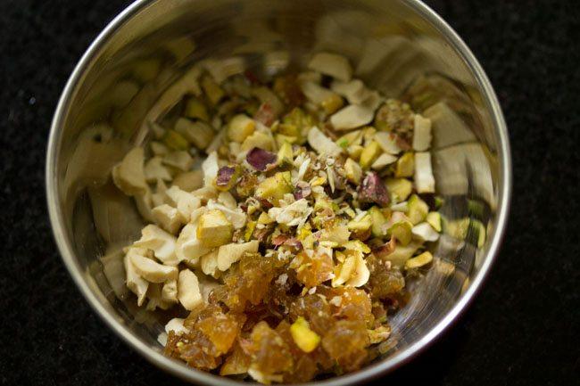 fruits secs hachés dans un bol