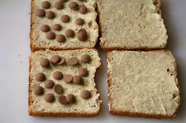 pépites de chocolat posées sur des tranches de pain beurrées