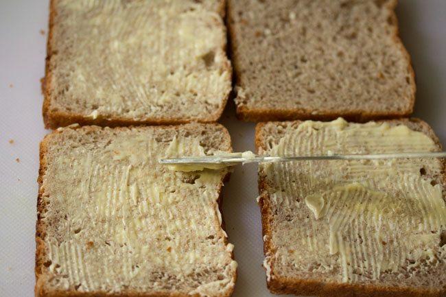 appliquer du beurre sur des tranches de pain