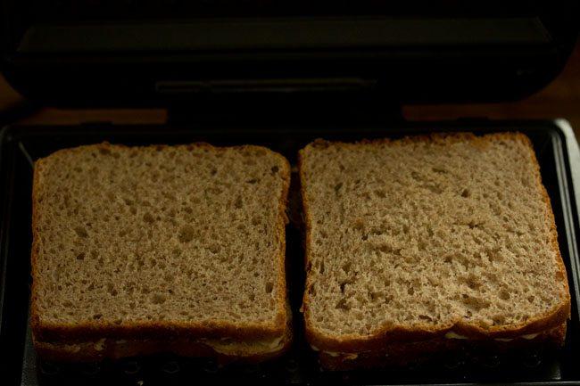 sandwich au chocolat placé dans un grille-pain à sandwich