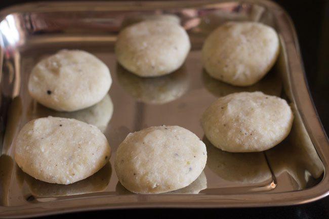 petites galettes faites à partir de la pâte et conservées dans un plateau
