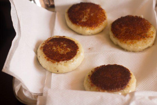paneer tikki frit placé sur des essuie-tout