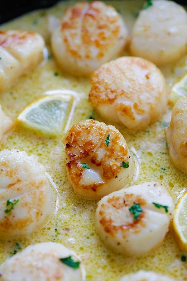 Pétoncles sautés faciles dans une sauce riche et crémeuse au citron et à l'ail.