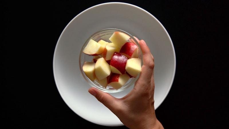 cubes de pomme hachés dans un bol