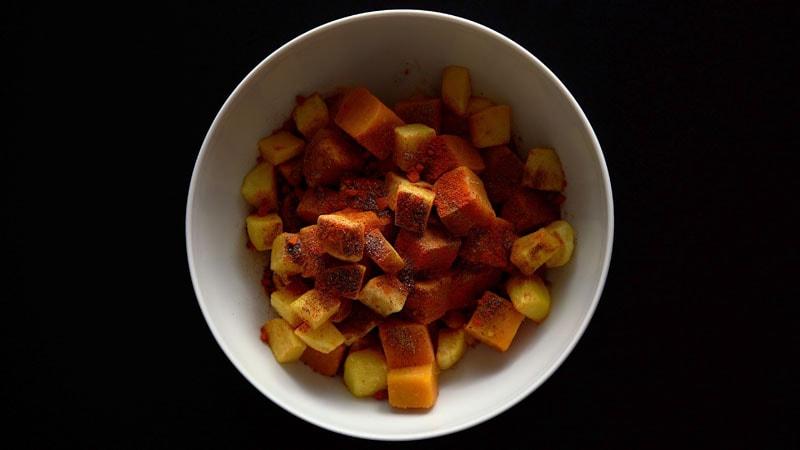 poudre de cumin, chaat masala, sel noir et piment rouge sur fruits et tubercules