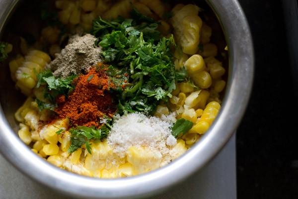 mélanger les ingrédients des galettes de maïs dans le bol