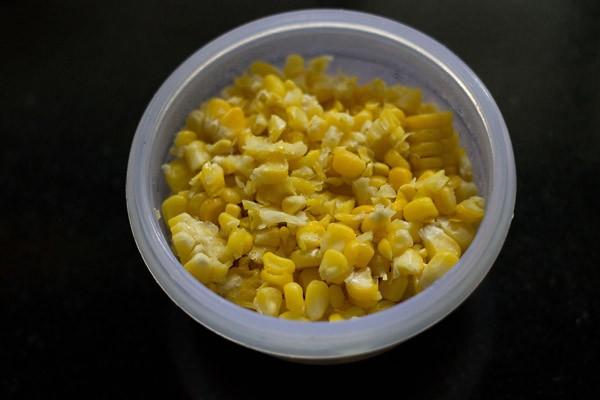grains de maïs sucré cuits dans un bol