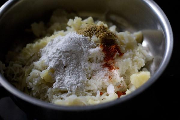 farine et épices ajoutées à la purée de pommes de terre