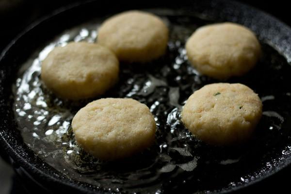 faire frire des galettes de maïs sur un tawa