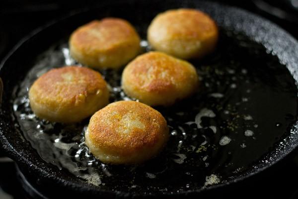 retourner et faire frire l'autre côté de la galette de maïs