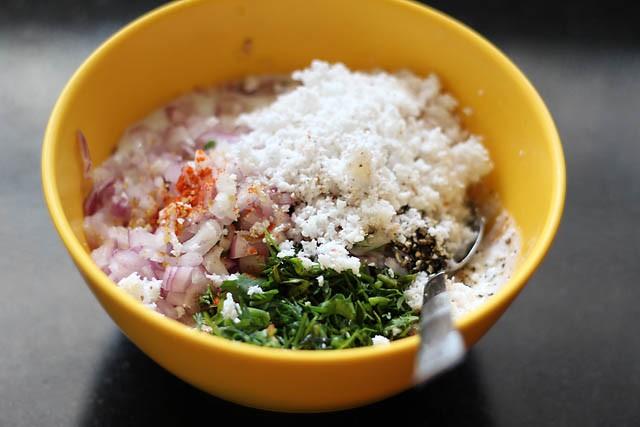 ingrédients pour faire de la pâte à paniyaram dans un bol