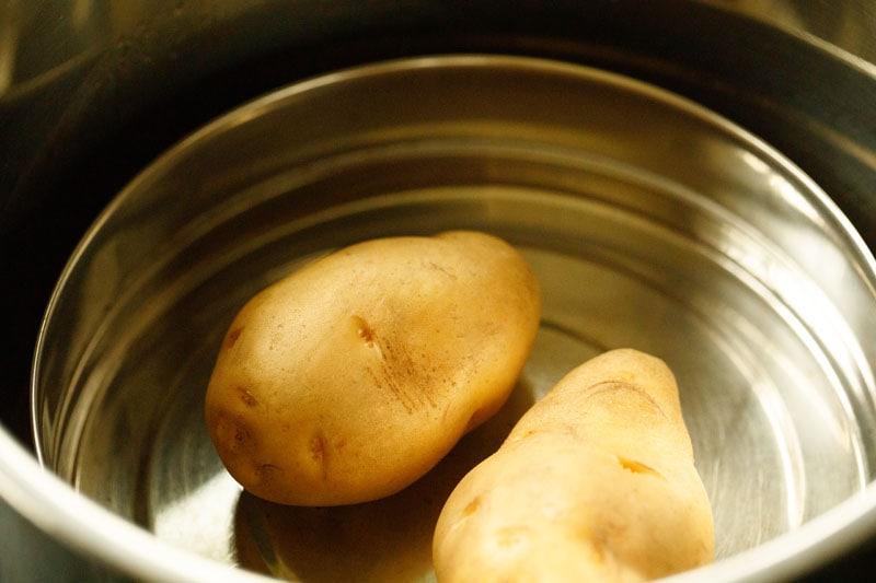 deux pommes de terre dans un cuiseur vapeur