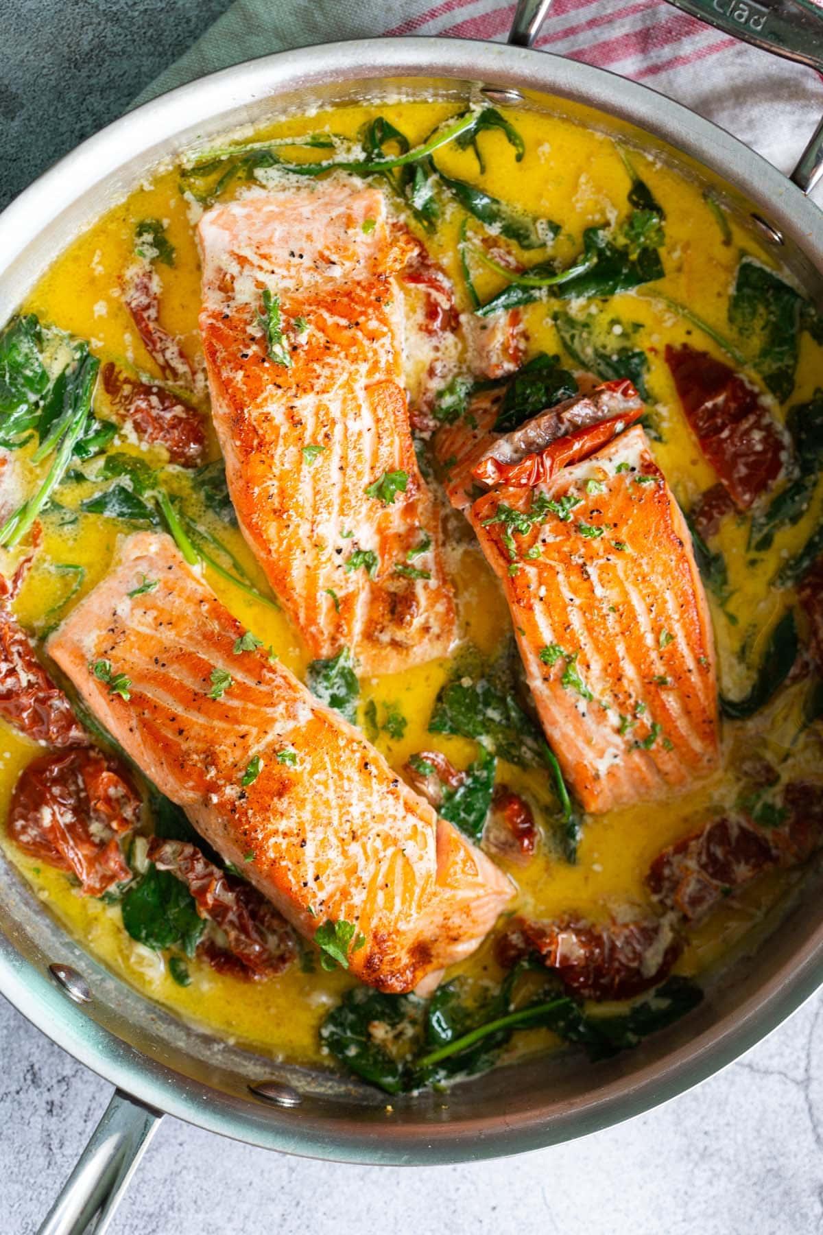 Recette de saumon toscan avec épinards, ail, beurre et tomates séchées.