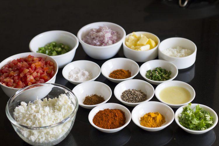 Ingrédients dans un bol pour faire du paneer pav bhaji