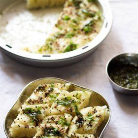 rava dhokla servi dans une assiette en acier