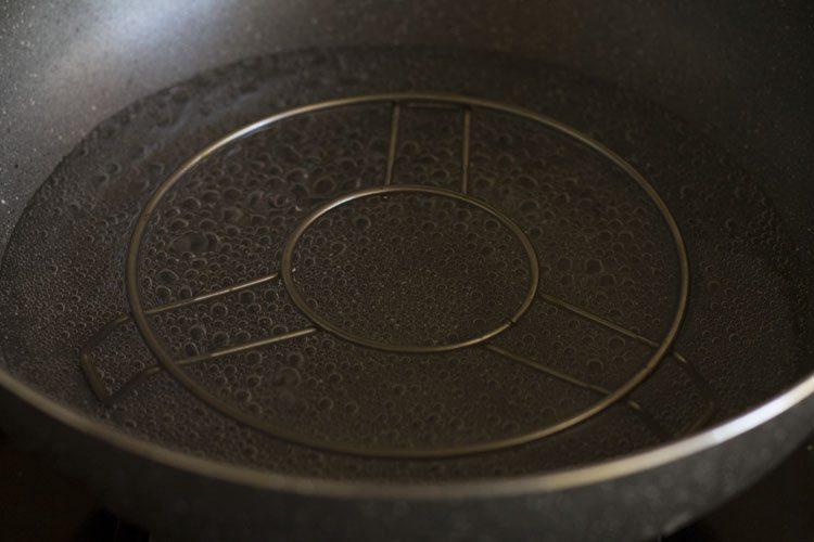 eau qui mijote dans une casserole avec dessous de plat à l'intérieur