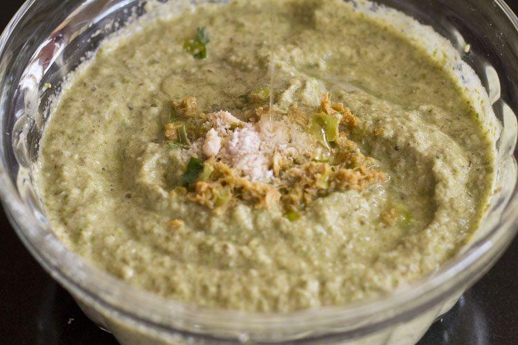 sel et huile ajoutés à la pâte