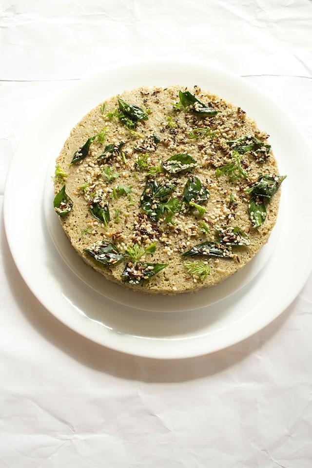 recette de mung dal dhokla avec des ingrédients de trempe sur le dessus