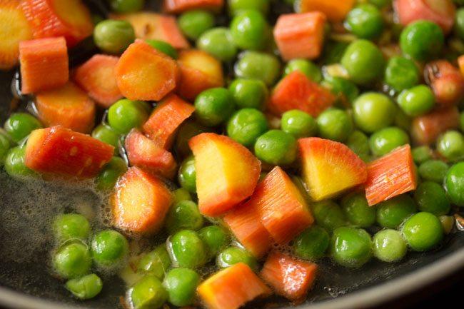eau ajoutée aux carottes et aux pois verts